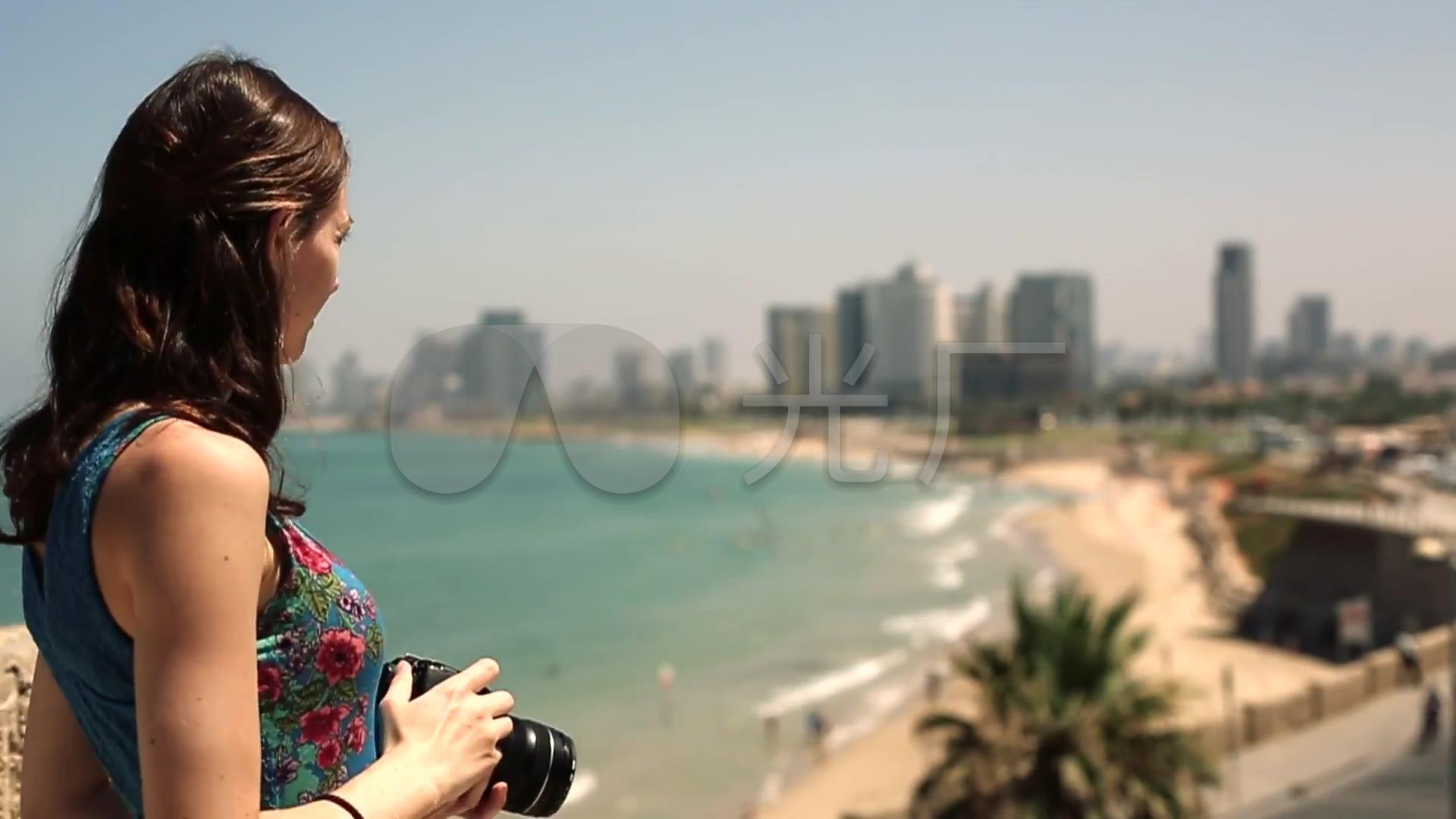 美女海边拍照背影