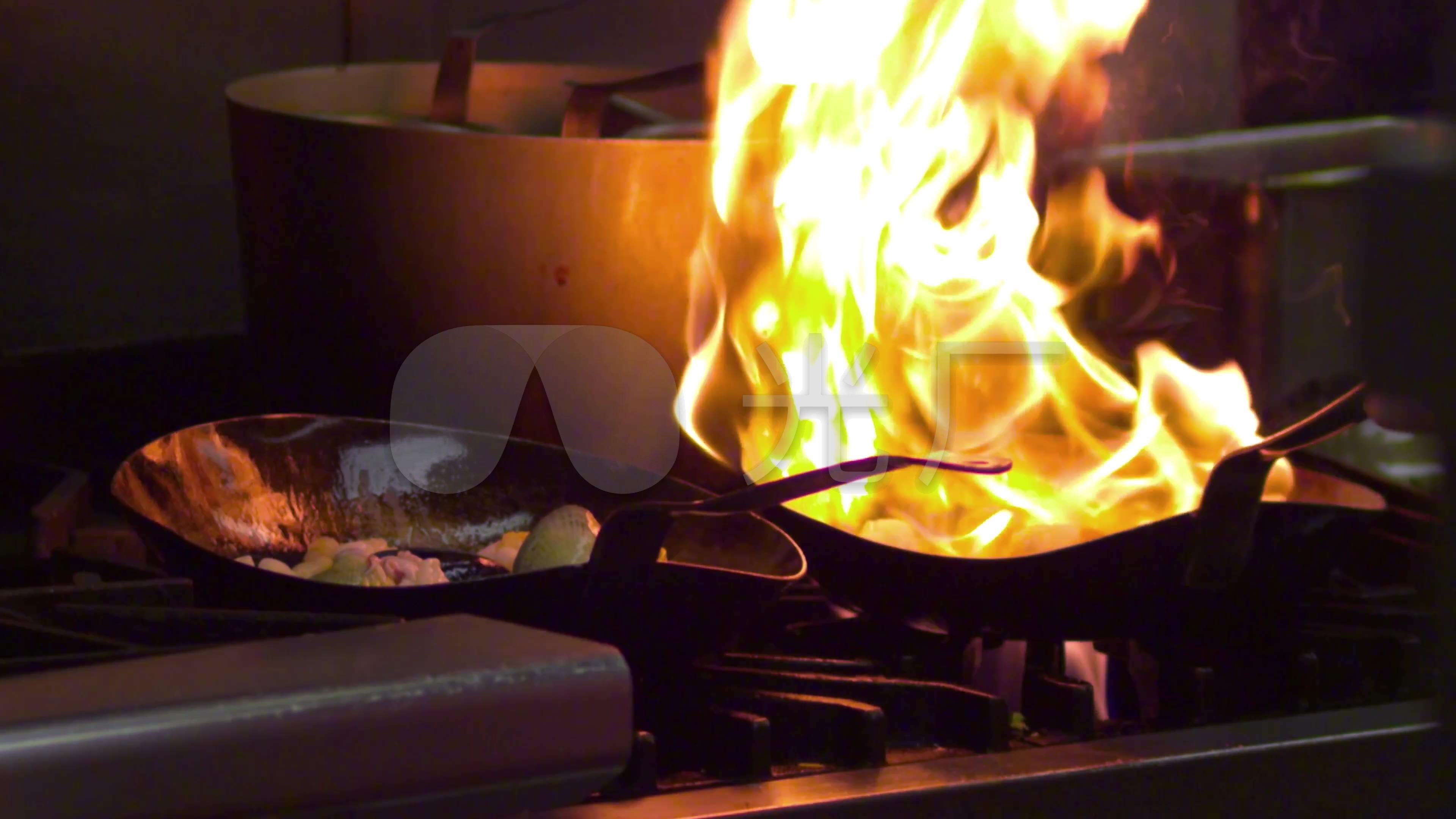 4k厨房厨师炒菜炒勺火焰火苗_3840x2160_高清视频素材图片