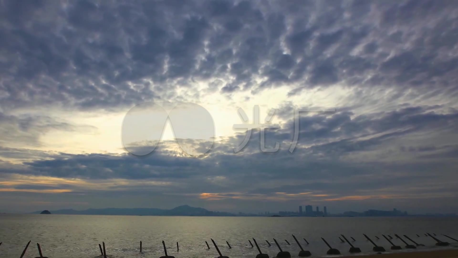 福建厦门旅游度假厦门海滨沙滩海边城市黄昏_黑马视频过林图片