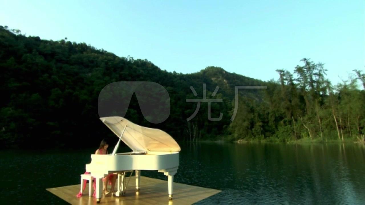 红裙长发美女湖上弹钢琴竹林山峰山水风景