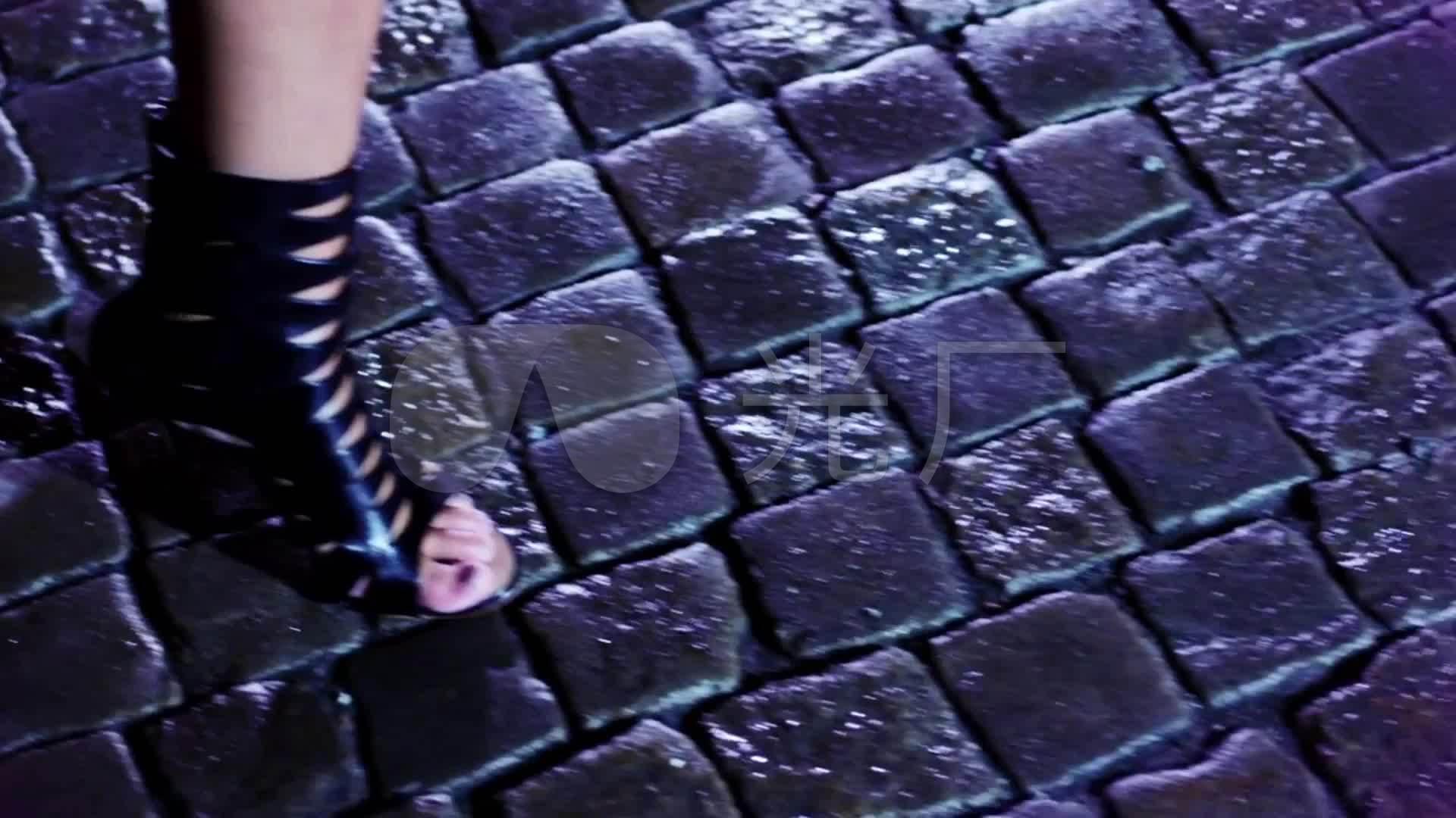城市脚步骨折河流穿高跟鞋时尚夜景美女走路_刘海美女延时图片