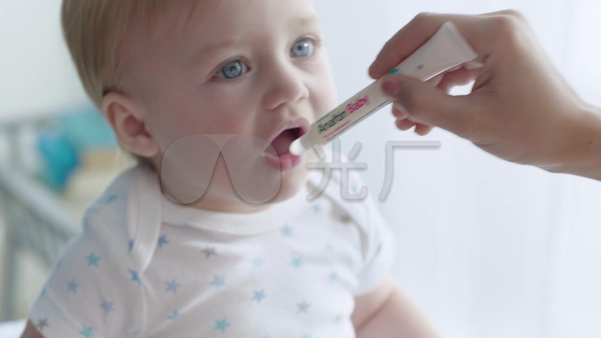 宝宝口欲期咬手指牙胶哭闹玩耍视频素材_192