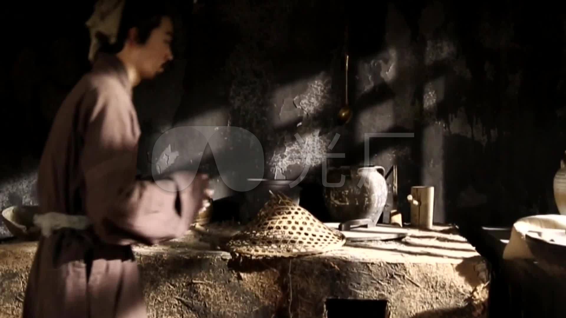 古代农夫在厨房劳作做饭古时土灶农具
