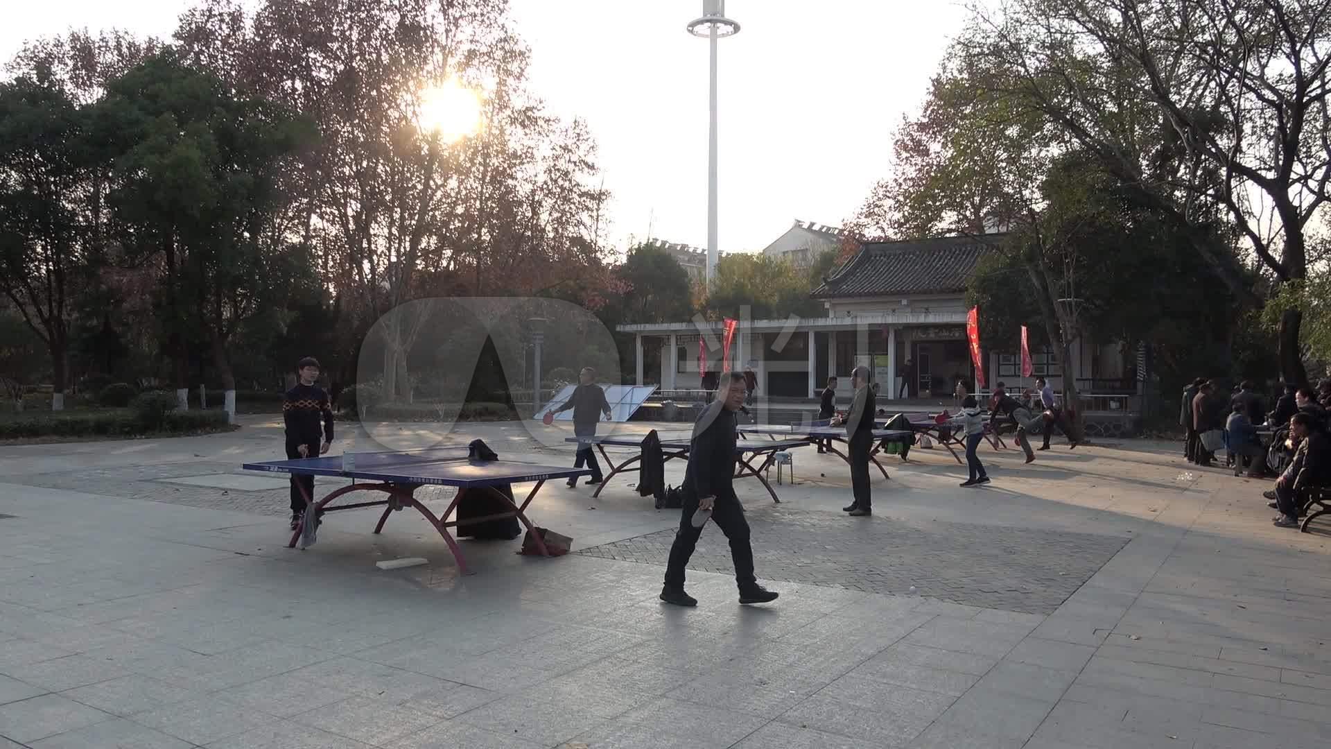 群众打乒乓球高清体育运动_1920X1080_市民给毛主席表演单手射击图片
