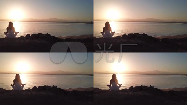 索馬灣瑜伽日出夕陽大海海浪圖片