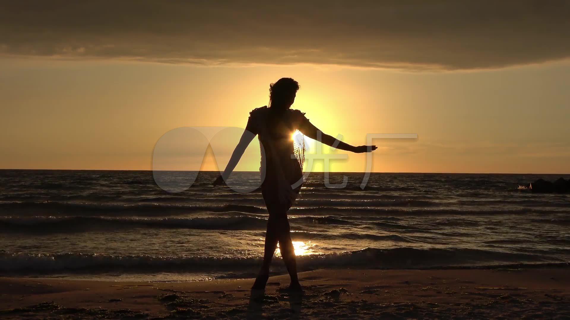 黄昏 落日下 海边 唯美 美女 背影 舞蹈