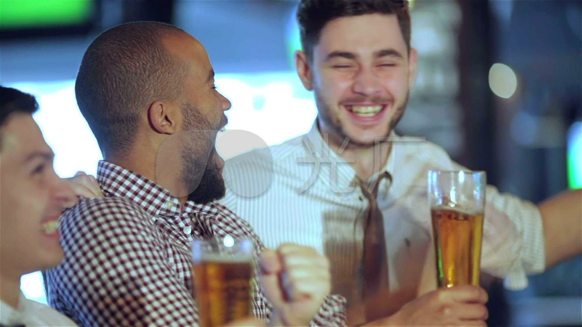 喝啤酒和朋友酒吧看球赛_1920X1080_高清视