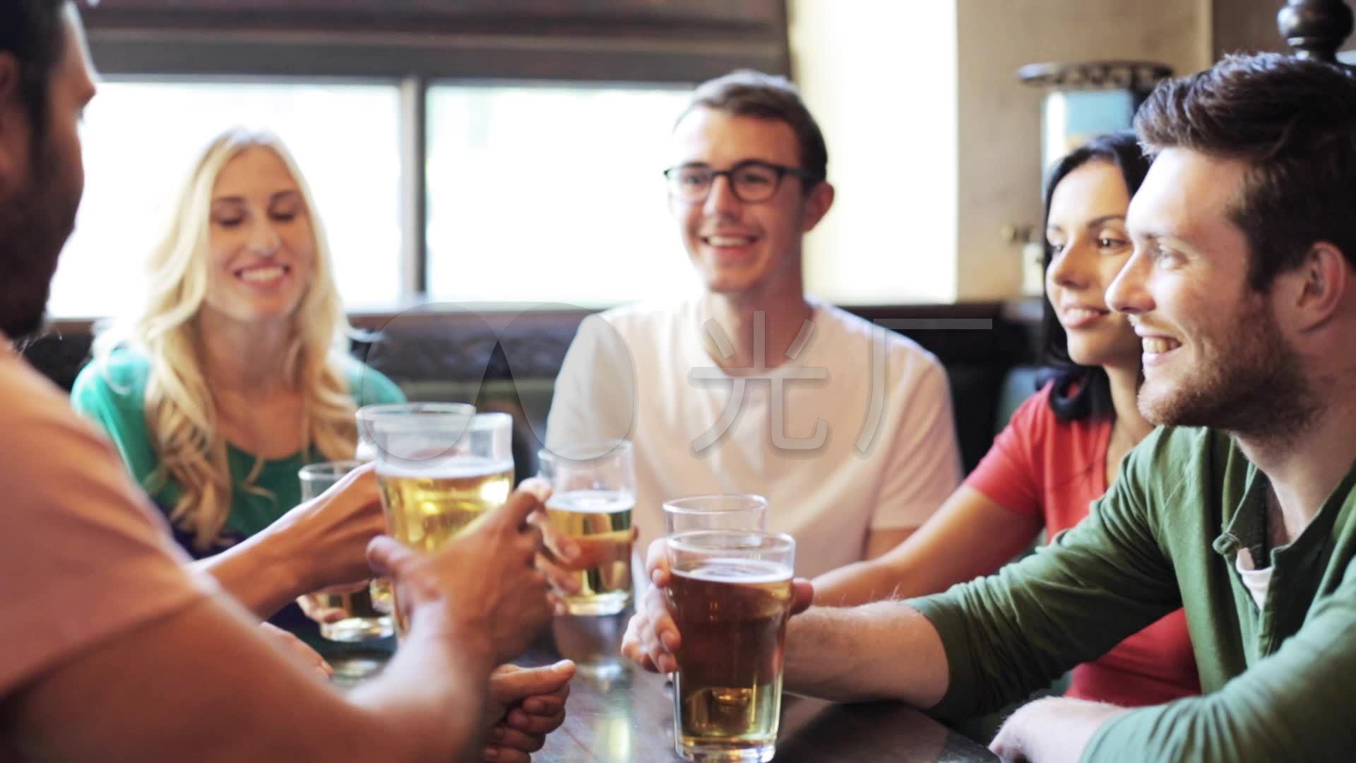 喝啤酒球迷朋友酒吧看球赛_1920X1080_高清