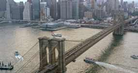 横跨东河的布鲁克林空中大桥视频素材