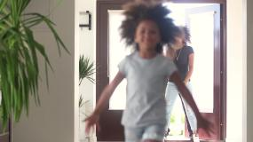 快乐的小女孩和父母跑进了新家视频素材
