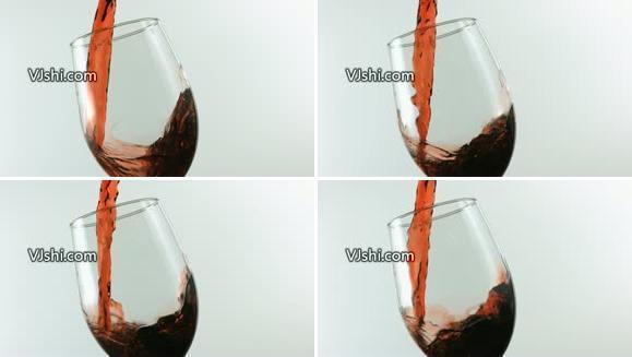 倒入杯中的红葡萄酒