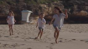 孩子沙滩玩耍嬉戏儿童奔跑童年成长视频素材