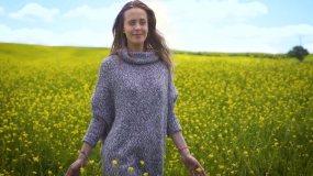 都市女人亲近自然走进自然呼吸清新空气视频素材