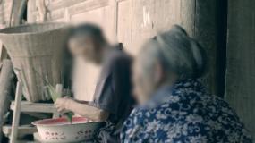 农村老人包粽子干活灶台炊烟爷爷奶奶烹饪做永利官网网址是多少包
