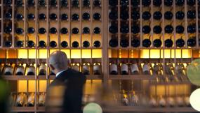 成功商务人士品尝红酒视频素材包