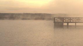 实拍北方的湖,晨雾,栈道,野鸭子视频素材