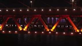 航拍重庆夜景火车穿过房子建筑千厮门大桥视频素材