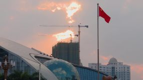 黄昏下的国旗迎风飘扬视频素材
