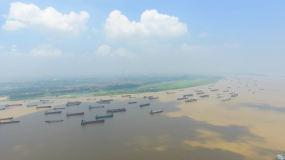 航拍長江船舶錨地大氣綠水視頻素材
