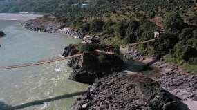 4k航拍,江上的吊桥和江心的小亭子视频素材包