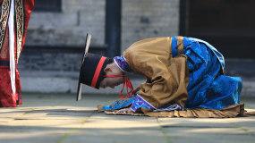 古代古人礼仪-磕头跪拜父母作揖视频素材