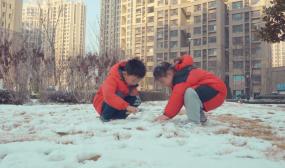 4K小区雪景-孩子玩雪-堆雪人-打雪仗视频素材