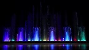 霓虹彩色音乐喷泉表演音乐喷泉水幕灯光秀视频素材