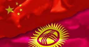 中国和吉尔吉斯斯坦国旗飘扬4K视频素材