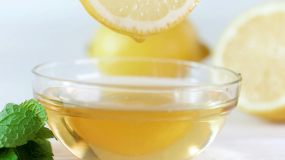 柠檬滴水滴落玻璃碗中榨汁水果榨汁维生素c视频素材