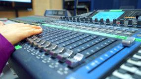 广播直播导播间电台DJ麦克风调音台视频素材