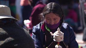 西藏转经老者视频素材