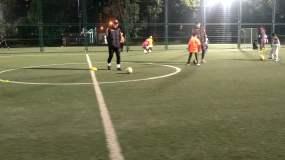 4K视频小朋友训练踢足球视频素材视频素材