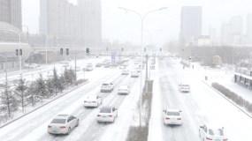 冬季雪地上行驶的车流视频素材2K分辨率视频素材