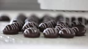 实拍工厂甜品巧克力全自动化制作流水线视频素材