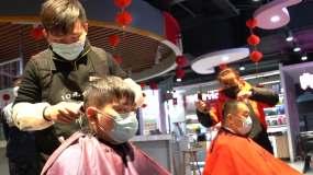 疫情期间的理发店戴口罩理发视频素材