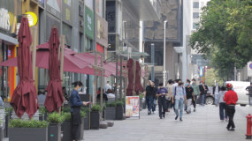 疫情之下-城市市民带口罩的日常生活百态视频素材