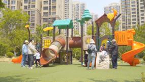 4K小区游乐场游乐园孩子玩耍六一儿童节视频素材