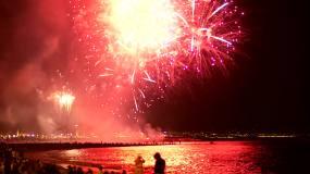 新年海滩边烟花升起绽放视频素材