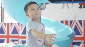 游乐场玩耍海洋球小朋友玩耍滑滑梯视频素材