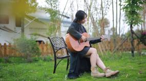 民谣吉他弹奏吉他女歌手视频素材包