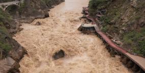 2K航拍金沙江虎跳峡-洪水爆发视频素材