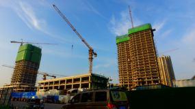 建筑施工日出工人高空作业工地塔吊视频素材