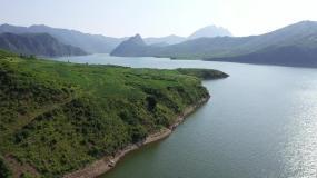 航拍胡泊绿色山体远山大自然视频素材