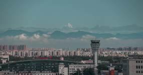 双流机场与雪山视频素材