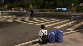 夜晚孤独流浪街头视频素材