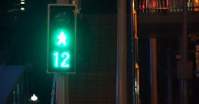 4K城市夜晚-街头行人-夜景车辆脚步孤独视频素材
