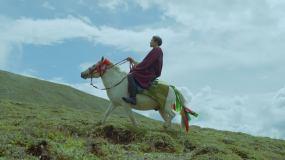 新都桥川藏线藏族姑娘许愿木雅圣地风景视频素材