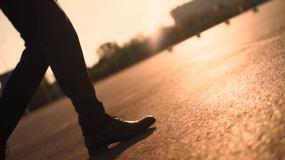 一个人走路脚步特写迈步脚踏实地视频素材