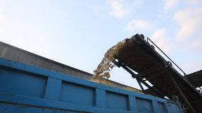 铲车铲草料,养殖场搅拌草料,草料运输视频素材