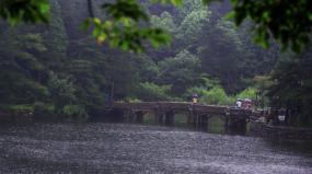 下雨的山景和街上的行人素材【原创】视频素材包